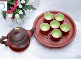 Bộ trà gốm nâu đắp nổi hoa đào đỏ khay tròn đôi