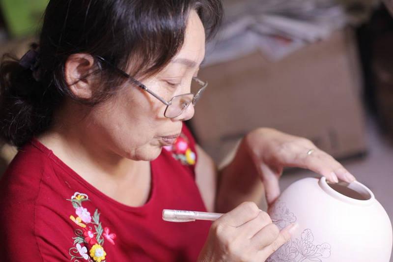 Đĩa trưng bày vẽ cá chép hoa sen